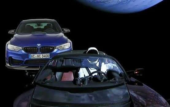 Žiadna betlehemská hviezda! Agresívne BMW predbieha vo vesmíre Muskovú Teslu a bliká pri tom