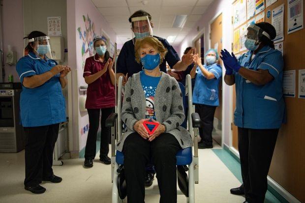 90-ročná žena z UK, ktorú zaočkovali vakcínou od Pfitzer, teraz nemôže prestať kupovať produkty od Microsoftu